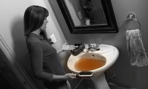 Thông tắc chậu rửa bát chén.