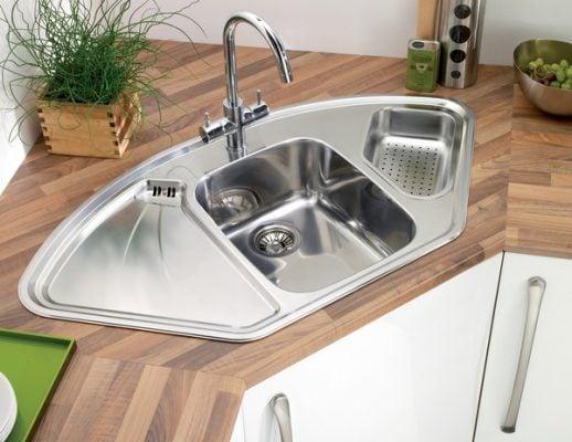 Bồn rửa góc, thiết kế kèm hộc rác và cánh phụ siêu tiện dụng phù hợp để tận dụng góc bàn bếp