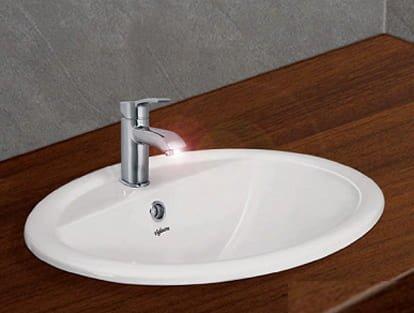 Vòi lavabo được gắn trên lavabo sứ