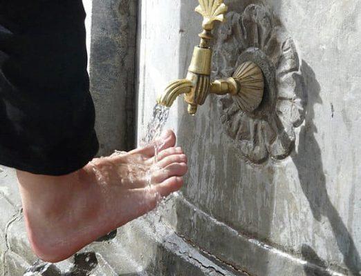 Vòi nước màu đồng để rửa chân